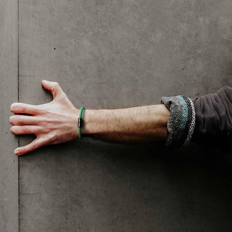 Bracelet avec fermoir magnétique noir mat et câble RH69 (effet soie Opal)