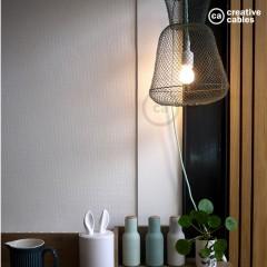 Une lampe fabriquée à partir d'un panier de pêche